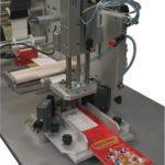 Etichettatrice semi-automatica con applicatore pneumatico per applicazione su cartoncini stesi