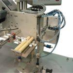 Etichettatrice semi-automatica con applicatore pneumatico per applicazione su spoletto per filo da cucito