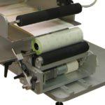 Etichettatrice semi-automatica serie LABELX JR per prodotti cilindrici vari.