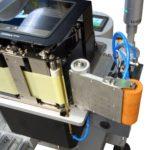 Sistema stampa e applica per applicazione etichetta su un lato di una scatola in movimento