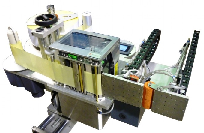 Sistema stampa e applica per applicazione etichetta a 90° su due lati contigui
