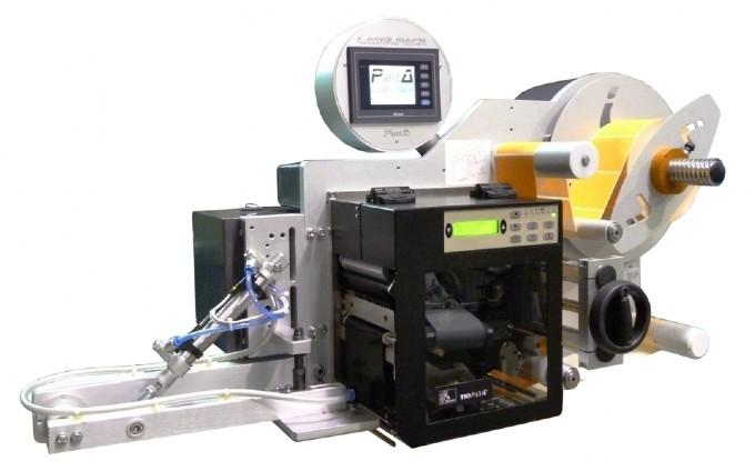 Sistema stampa e applica per applicazione etichetta su lato frontale di una scatola in movimento