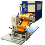 Etichettatrice semi-automatica serie PRX con unità di stampa Carl Valentin per flaconi e prodotti cilindrici